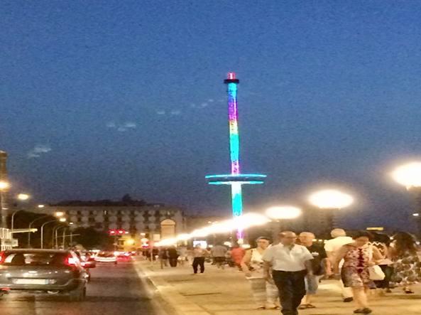 Glicine celeste e con tocchi di verde ecco la nuova torre for Punto luce bari