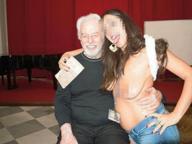 Napoli, foto scandalo in chiesa: l'intellettuale posa con la ragazza nuda