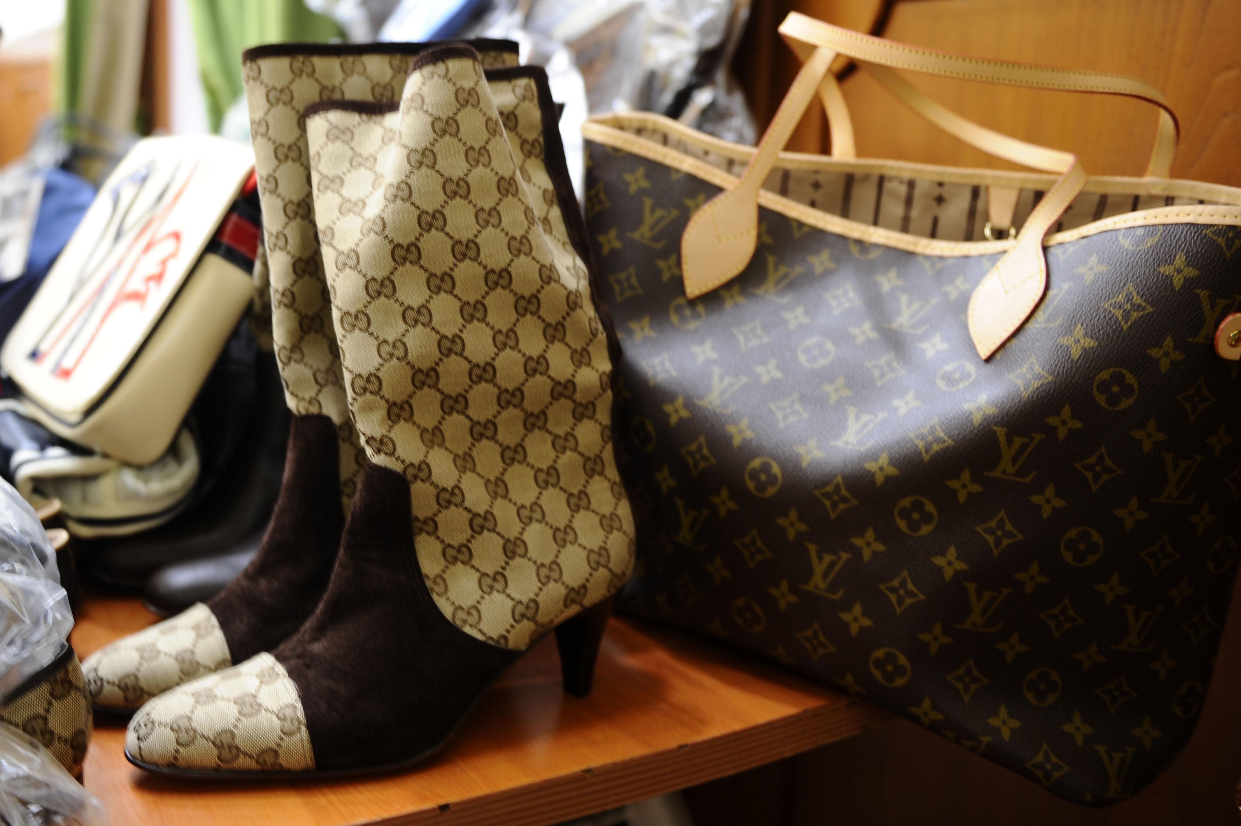 cf6cfec42436 BRINDISI - Oltre diecimila borse con marchi contraffatti di Gucci e Louis  Vuitton sono state sequestrate dalla Guardia di finanza al porto di  Brindisi.