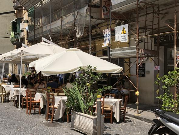 La Lazzara, essenziale cucina di mare di fronte al porto di ...
