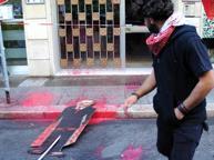 Corteo a Bari, lanciata vernice rossa contro la sede del Consolato turco