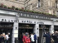 Napoli, scritte contro la Lega sul cinema che ospita l'incontro. Salvini: liberiamoci da De Luca e de Magistris