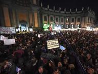 Napoli, diecimila «sardine» in piazza. Selfie, abbracci e «pesca» anti Salvini
