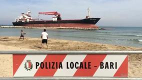 Sulla spiaggia di Pane pomodoro giovani giocano nella zona off limits 78d445be83b