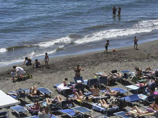 Al mare in spiaggia o in canoa: tutti i prezzi di un tuffo a napoli