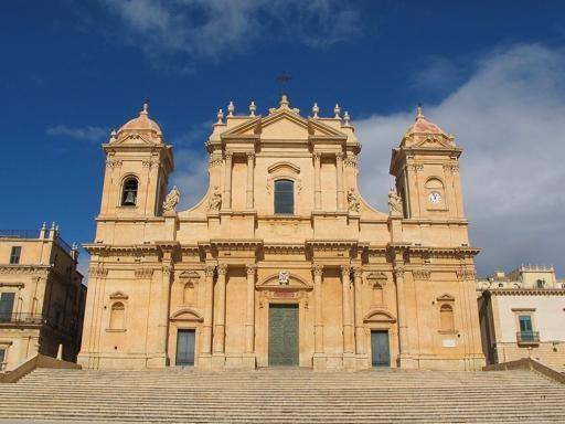 Noto, turista mostra glutei sulla  scalinata della Cattedrale: multa di 10mila euro